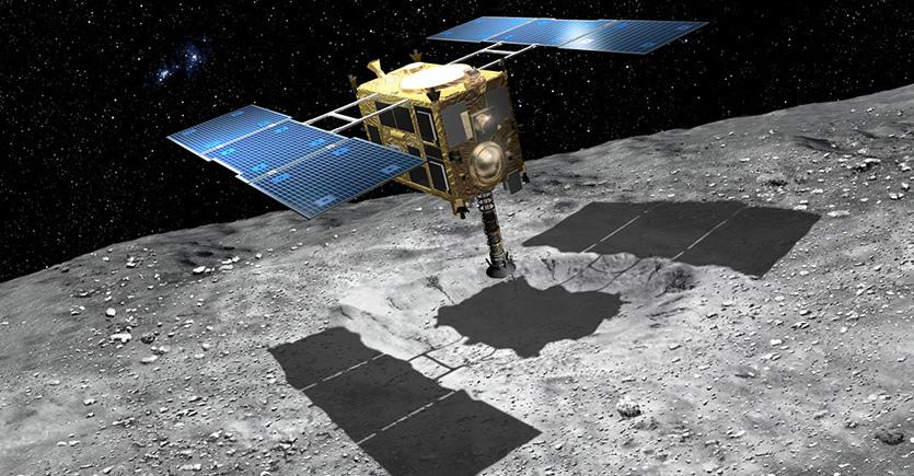 Hayabusa 2 giapponese che si libra sopra la superficie dell'asteroide Ryugu,