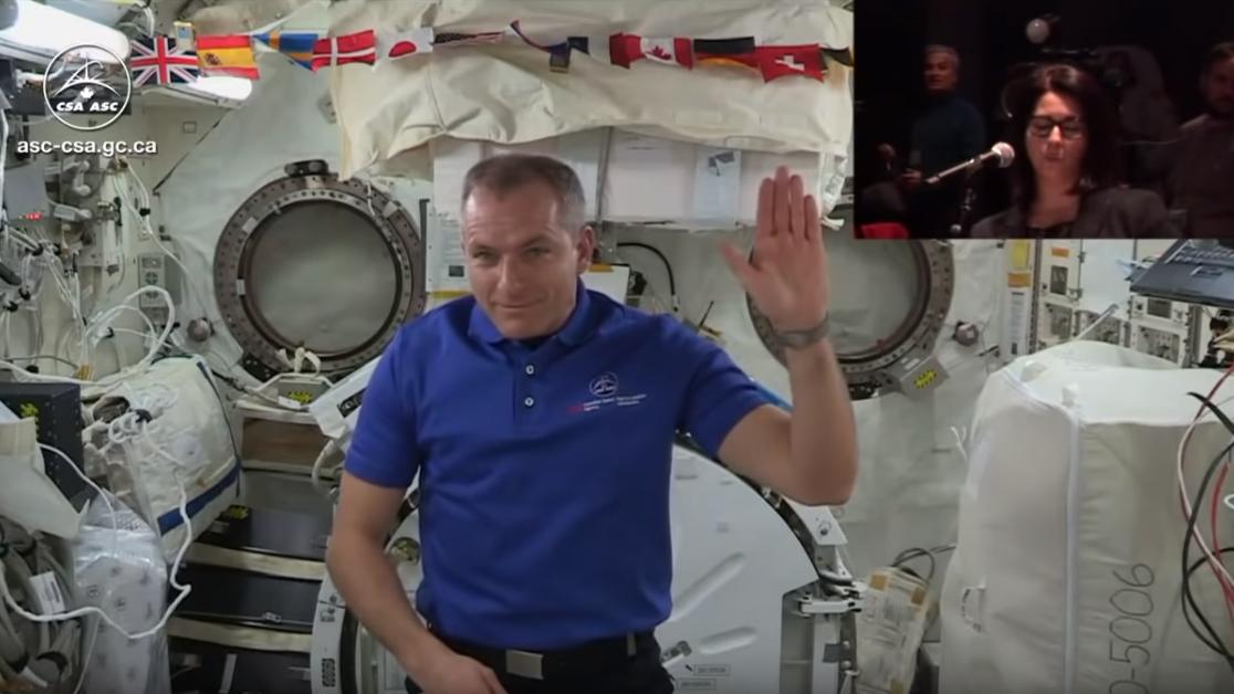 David Saint-Jacques, che indossa la sua polo dell'agenzia spaziale canadese