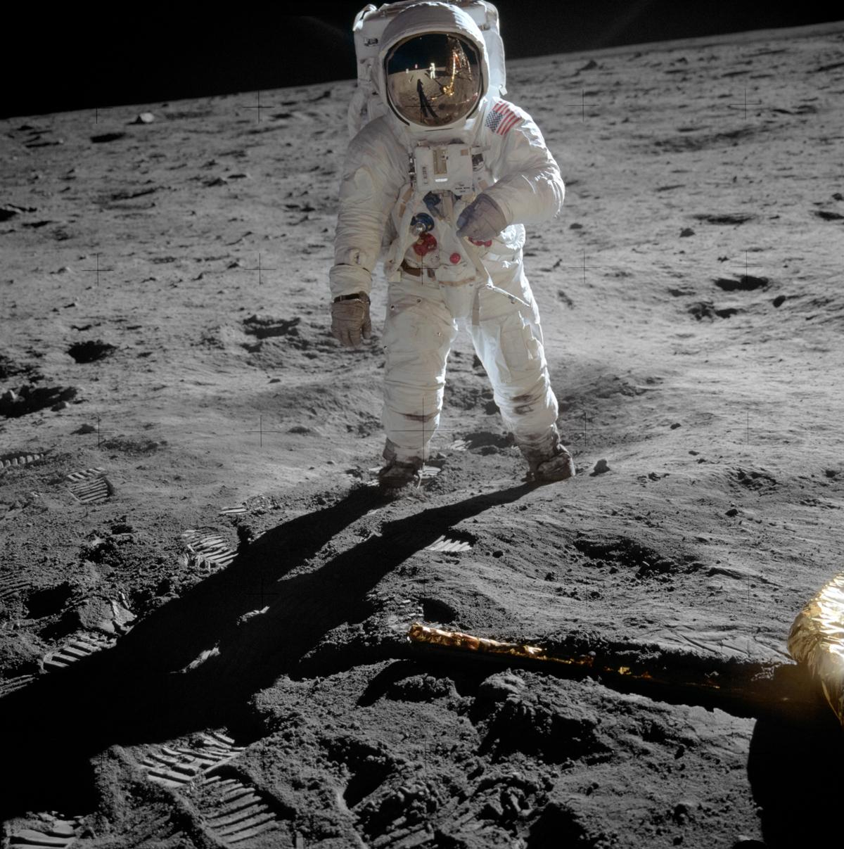 """Edwin """"Buzz"""" Aldrin posa sulla superficie lunare, con Neil Armstrong"""